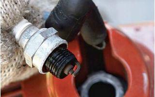 Почему заливает свечу на бензопиле и что делать