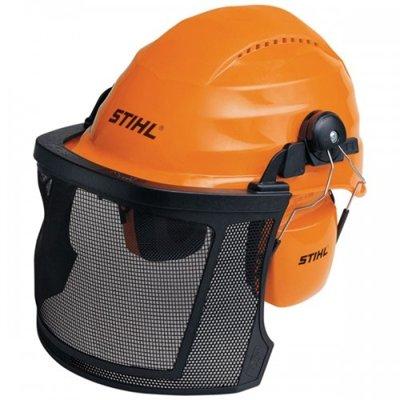 защитная каска для работы с бензопилой