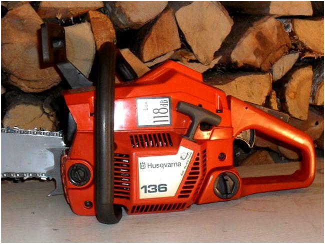 хускварна 136 на фоне дров