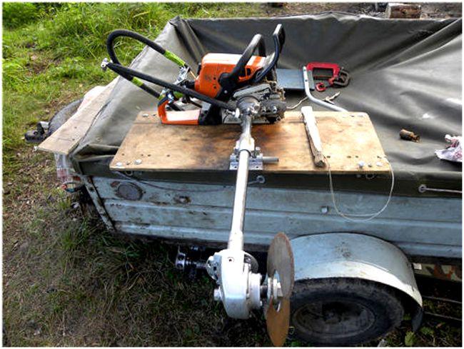 лодочный мотор в прицепе