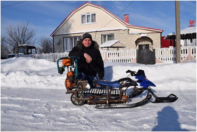 мужчина с самодельным снегоходом