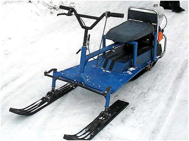 синий снегоход из бензопилы