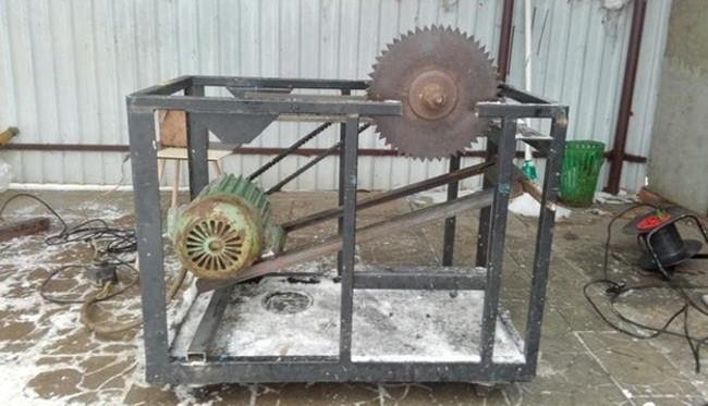 Станина с установленным двигателем и диском