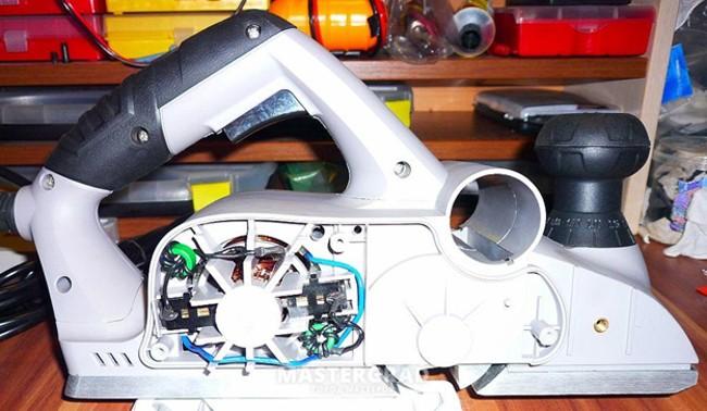 Электрорубанок со снятой боковой панелью