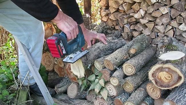 Пиление дров электролобзиком