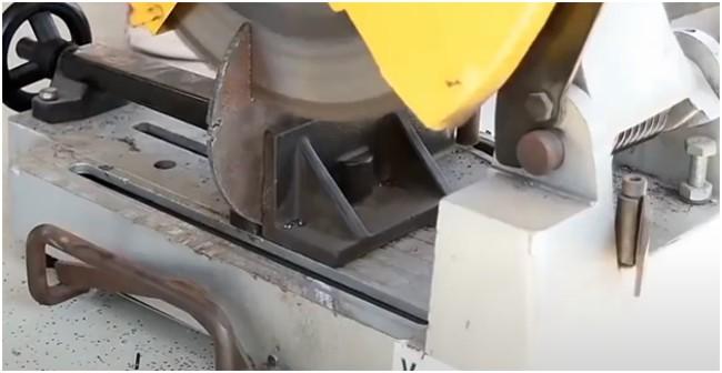 Циркулярный станок по металлу в работе